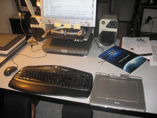 La mia scrivania - l'area di lavoro con mouse, tastiera, e tavoletta grafica