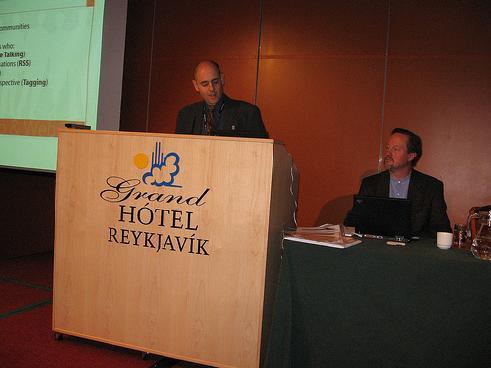 Una foto informale di Sante J. Achille alla conferenza RIMC a Reykjavik Islanda - 2006, moderatore Chris Sherman