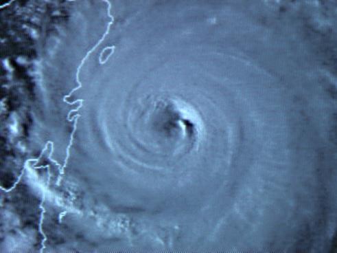 Immagina di un uragano che rappresenta la bufera che si sta abbattendo su directory che offrono link a pagamento