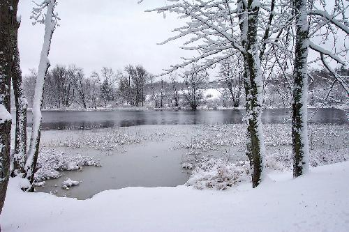 Photo describing the Google -30 penalty: a cold winter day near a small pond